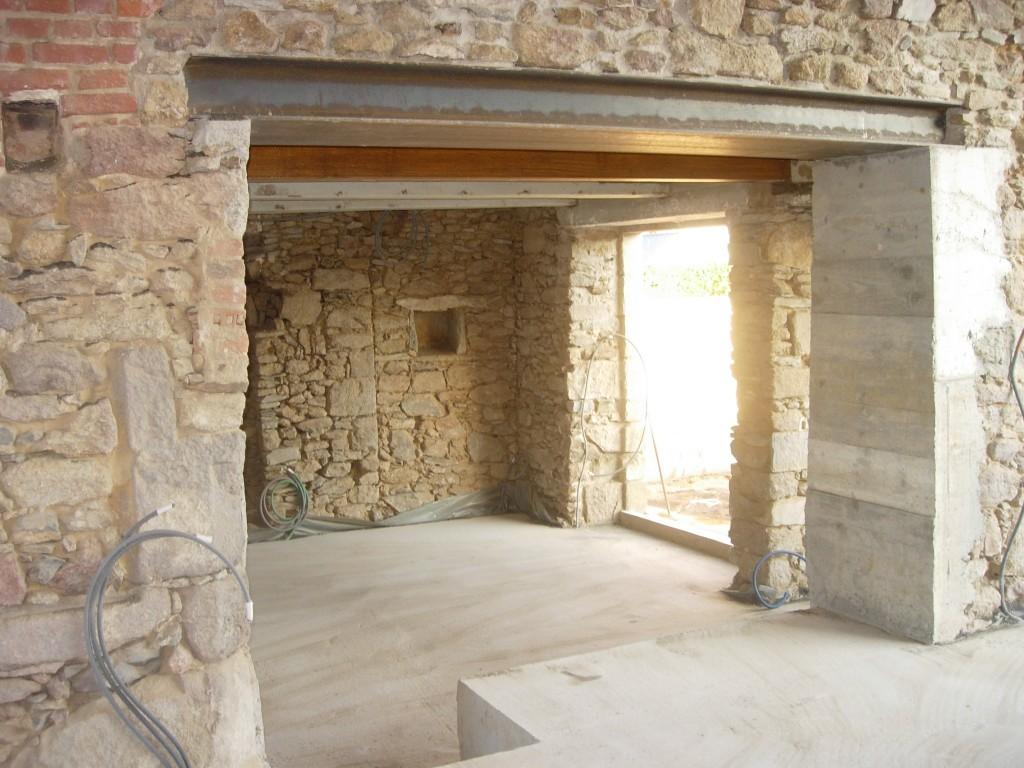 La Plinthe Du Mur ouverture de mur en pierre, béton situé à la planche 44140